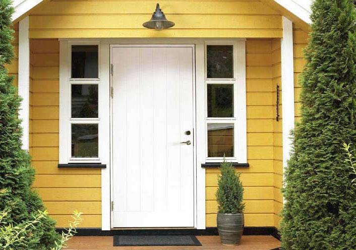 желтые стены белая дверь